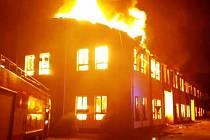 Budovu bývalé dýhárny v kralupském Lobečku v noci zachvátily plameny.
