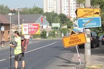Řidiči jedoucí na Prahu musí použít objížďku Nemocniční ulicí.