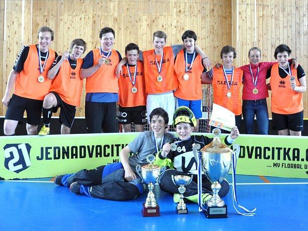 Vítězné družstvo letošního čtvrtého ročníku Regionální školní florbalové ligy – Gymnázium Františka Palackého Neratovice.