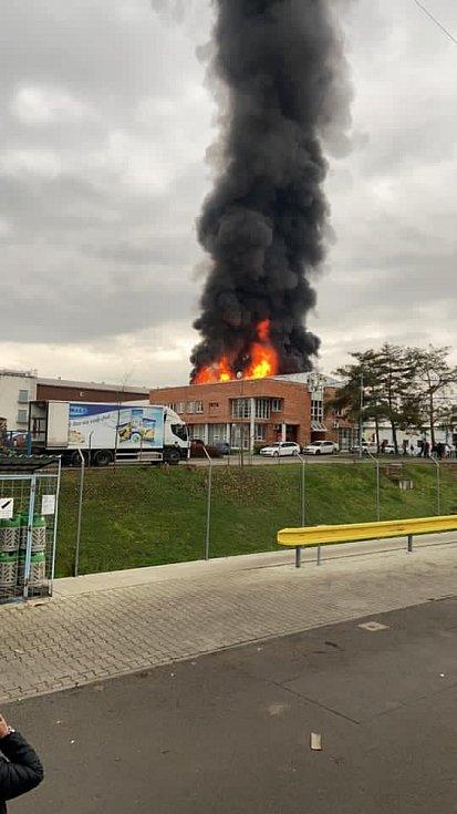 V Kralupech nad Vltavou ve čtvrtek vypukl požár v průmyslové hale.
