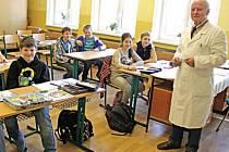 Jan Titěra učí na dříské základní škole přírodopis. Vede tam i přírodovědný kroužek.