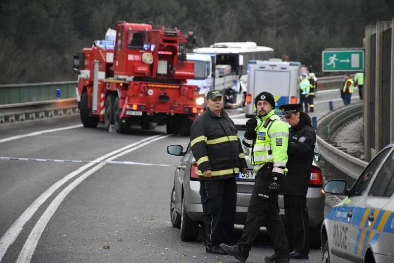 Tragická nehoda u Nové Vsi. Autobus s dětmi jedoucí od Slaného naboural do náklaďáku před sebou.