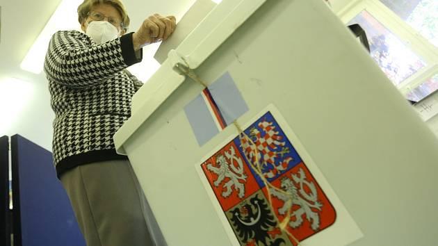 Volby ve volebním okrsku na gymnáziu Jana Palacha.