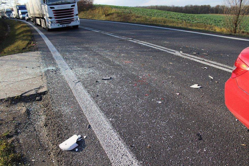 Dlouhá kolona se tvoří necelých 15 kilometrů před Mělníkem, kde došlo k vážné dopravní nehodě asi půl kilometru před kruhovým objezdem směrem na Spomyšl.