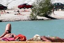 ŽÁR ZABÍJEL. V úmorných vedrech, které koncem června postihly Řecko, bylo vyčerpávající i ležení na pláži. 110 let starý rekord padl 26. června, kdy se teplota ve stínu vyšplhala na 48 stupňů Celsia. Rekordní teploty si vyžádaly i oběti.