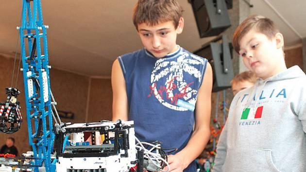 Děti z kroužku  Stavění z lega při Domě dětí a  mládeže v Neratovicích pořádají dvakrát ročně výstavy vlastnoručně sestavených modelů.