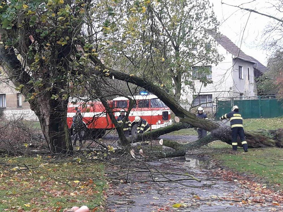 Celý den nejde elektřina ani v Radouni, Vysoké Libni a Mělnickém Vtelně. V ulicích zasahují místní dobrovolní hasiči.