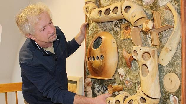 Martin Patřičný při instalaci interaktivní dětské dřevěné hry s pohyblivými segmenty v kralupském muzeu.