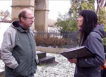 U HROBKY.  Studentka zahradnické školy Daniela Marhanová a vedoucí odboru školství Vladimír Půček diskutují o možné  úpravě zeleně kolem hrobky Palackých.
