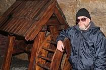 Průvodce mělnickým podzemím Miroslav Kořenář vysvětluje, že replika rumpálu je poloviční. Ten původní museli pohánět dva silní chlapi, běhající v bubínku jako křečkové v kolotoči.