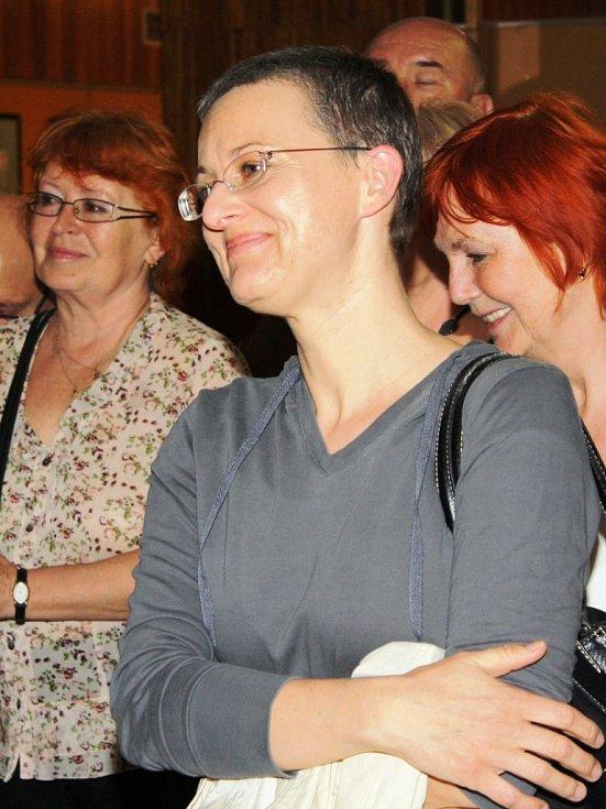 Na výstavu přišla také autorka pamětní desky Jana Voldřichová.