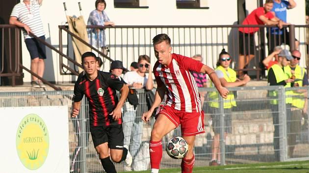 Fotbalisté třetiligových Záp (červenobílé dresy) vyřadili ve druhém kole Mol cupu Viktorii Žižkov, soupeře hrajícího o jednu soutěž výš porazili v penaltovém rozstřelu.