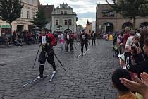 Šílení lyžaři prosvištěli náměstím po čtyřiadvacáté