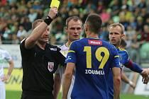 TREST. Rozhodčí Milan Matějček ukazuje jihlavskému Zoubelemu žlutou kartu v utkání, které pro něj bylo zřejmě na delší dobu poslední na nejvyšší úrovni.