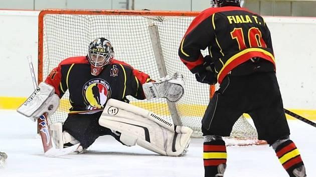 HK Lev Slaný (ve světlém) - HC Junior Mělník (1:2); 11. kolo krajské ligy; 23. listopadu 2014