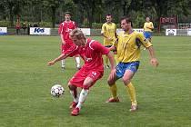 Střelce vítězného gólu Tesly Jana Fidru stopuje ovčárský Viskup.