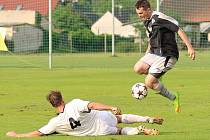 Změna v pravidlech přichází ve chvíli, kdy bránící hráč fauluje protivníka v souboji o míč. Penalta zůstává, ale následuje jen žlutá karta. Snímek je z duelu Libiš B –  Dolní Beřkovice.