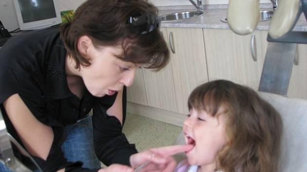 PREVENCE je u dětí důležitá, ale nejen u nich. Podle dentální hygienistky Jany Třešňákové se nácvik správně prováděné ústní hygieny vyplatí v každém věku.