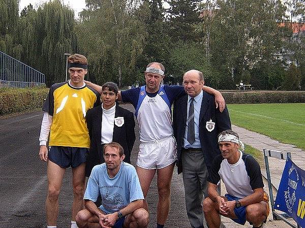 """Martin Hunčovský (nahoře druhý zprava) před startem vlastního závodu ve """"čtyřiadvacetihodinovce"""" v roce 2005 na stadionu v Neratovicích. Stejnou akci chystá i na letošní rok."""