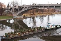 Remorkér Klára s člunem plným květinových darů, které přinesli lidé k rakvi zesnulého exprezidenta Václava Havla.