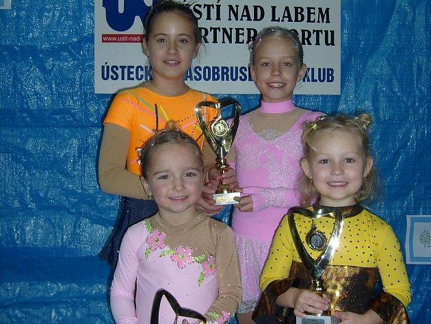 Mělnické krasobruslařky na závodech v Ústí nad Labem: Natálie Čelikovská (nahoře zleva), Karolína Odnohová, Lucie Datlová a Emílie Odnohová.