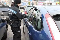 Strážníci a policisté upozorňovali řidiče na neopatrnost, které se dopouštějí, když nechávají na sedadlech aut odložené důležité a drahé osobní věci.