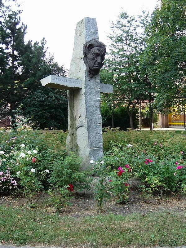 Pomník nositele Nobelovy ceny za literaturu Jaroslava Seiferta stojí na prostranství mezi panelovými domy v Kralupech nad Vltavou od roku 1997. Autorem je Stanislav Hanzík.