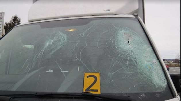Mělničtí dopravní policisté řeší hned několik dopravních nehod , jejichž příčinou byl neodstraněný led z nákladního vozidla.