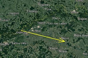 Průmět světelné dráhy bolidu v atmosféře na zemský povrch. Celková zaznamenaná dráha bolidu byla 121 km dlouhá a bolid ji uletěl za necelé 4 sekundy (Grafika: Astronomický ústav AV ČR; podkladová mapa: Google Earth)