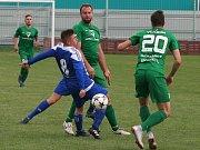 Fotbalisté mělnické Pšovky (v modrém) brali v souboji s béčkem Vlašimi bod po divokém výsledku 4:5 po pokutových kopech.
