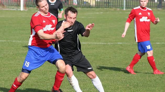 Fotbalisté Vysoké (v červeném) prohráli na vlastním hřišti utkání 15. kola I. B třídy s vedoucím FC Mělník 2:3.
