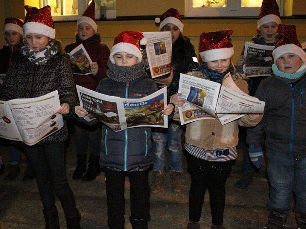 Zpívalo se i na Mělnicku, například před základní školou v Lužci nad Vltavou u rozsvíceného vánočního stromečku.