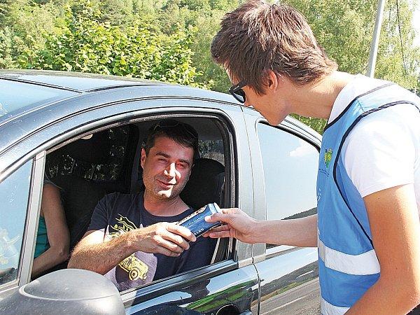 Řidiči, kteří před jízdou nepopíjeli, dostali nealko pivo.