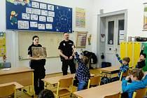 Mělničtí strážníci seznámili žáky třetích tříd na místní základní škole J. Seiferta s nejdůležitějšími dopravními značkami a s pravidly silničního provozu při akci s názvem Cyklistou bezpečně.