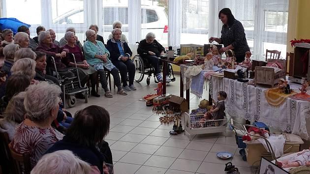 Jiřina Neumannová přivezla do mělnického Centra seniorů ukázat svou sbírku starých hraček.