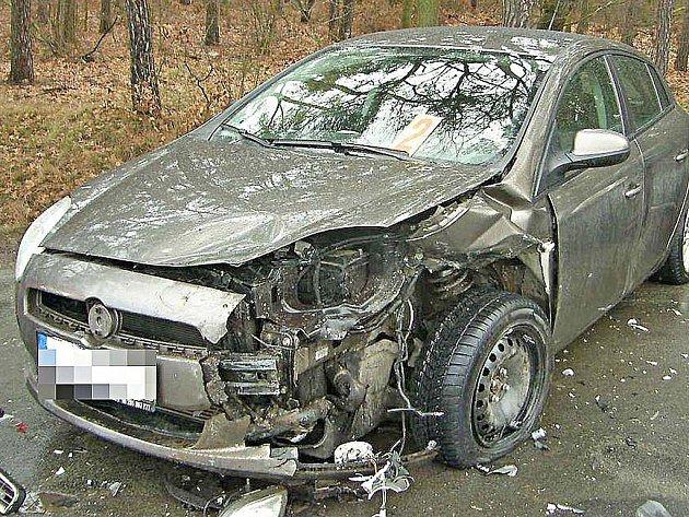 Fiat skončil s nabouranou přední i zadní částí.