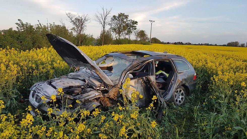 Řidič skončil se svým vozidlem v poli. Vyhýbal se srně.