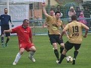 Fotbalisté Real top Praha porazili v charitativním utkání starou gardu Kojetice (v červeném) 8:3.