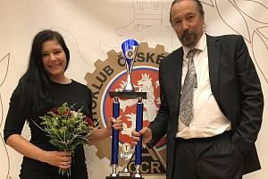 KRÁLOVNA ČESKÉHO ENDURA. Zuzana Nováčková převzala na korunovaci mistrů motocyklového sportu trofej za letošní prvenství v enduru a endurosprintu. Na snímku s klubovým manažerem Miroslavem Harudou.