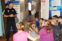 Včera naposledy besedovali mělničtí strážníci a policisté s žáky mělnických základních škol v rámci výstavy Kyberprostor včera dnes.