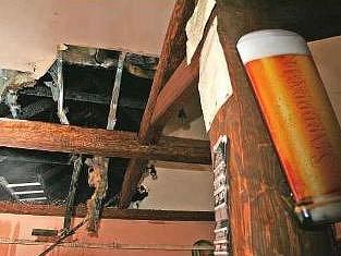 Takovouto díru ve stropě způsobil požár v hospodě Kovárna v Želízích.