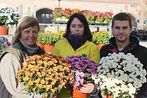 Podzimní produkci Školního statku v Mělníku nabízeli na sobotních dušičkových trzích na náměstí Míru (zleva) Dana Honzáková, Adéla Mackeová a Pavel Říha.