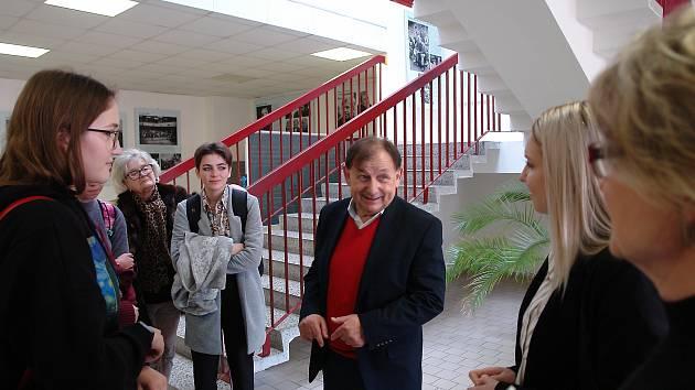 Záblesky svobody aneb Konec 80. let ve snímcích Miloše Fikejze je název výstavy, jejíž vernisáž proběhla ve čtvrtek 16. ledna ve vstupní hale Gymnázia Jana Palacha.