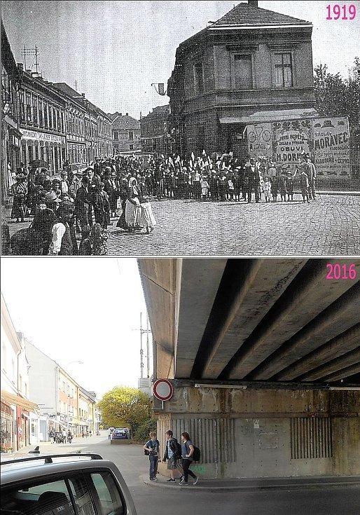 Dětská slavnost před domem krejčího Režného na dolním konci Jungmannovy ulice. Dům není, na jeho místě je nově postavený viadukt.