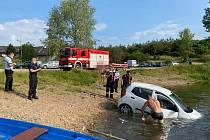 Špatně zabrzděné auto sjelo do jezera ve Vojkovicích.