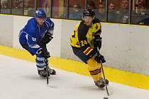 Hokejisté Junioru Mělník v osmém kole přetlačili HK Kralupy v poměru 6:5.