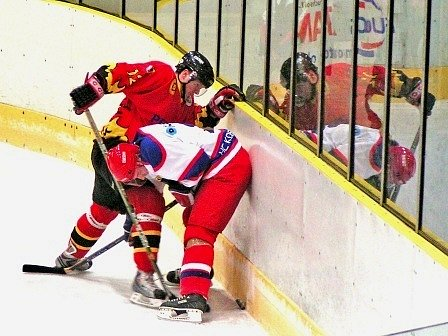 Hokejisté Kobry vydolovali na ledě Mělníka teprve svůj čtvrtý letošní bod. Domácí jim k tomu svým výkonem hodně napomohli.