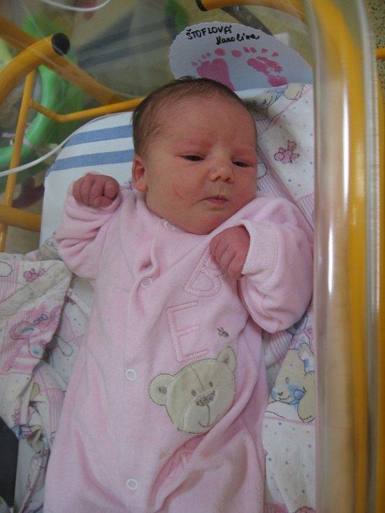 Karolína Štoflová se rodičům Monice Mairychové a Ivanu Štoflovi z Kralup nad Vltavou narodila v mělnické porodnici 14. ledna 2015, vážila 3,32 kg a měřila 49 cm. Na sestřičku se těší 16letý Jirka a 14letý Milan.
