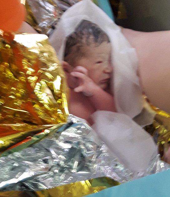Nastávající maminka nestihla dojet do nemocnice a porodila zdravou holčičku přímo vsanitce.