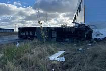 Z tragické srážky nákladního vozu a osobáku u Klecan 23. října 2021.